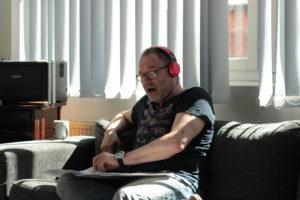 Lasse Sandberg harjoittelemassa laulua