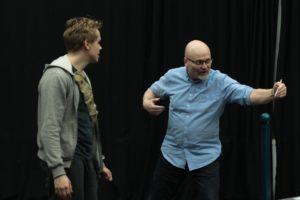 Koreografi Jens (oik.) ohjaa Emppua.
