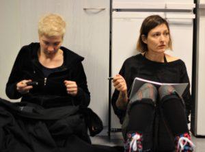 Näyttämömies Pirita Kervinen ja tarpeistonhoitaja Maria Myrskyvuori kuuntelevat ohjaajan palautetta.